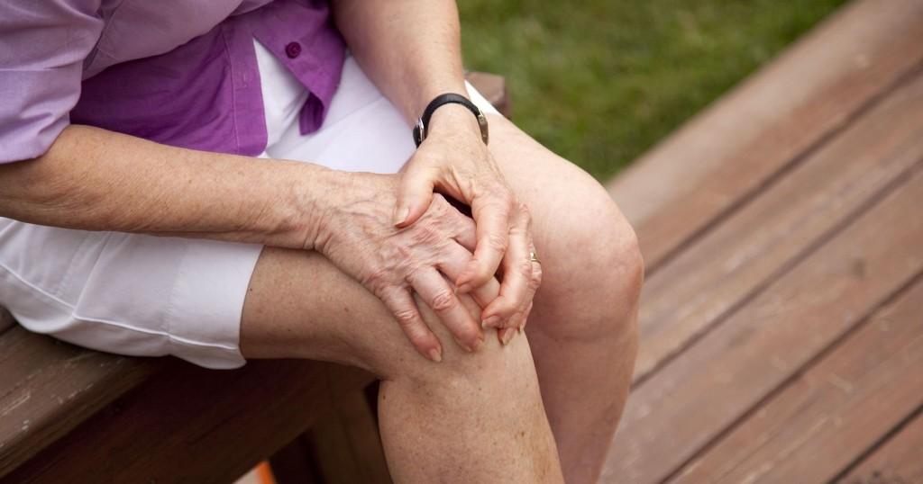 térdízületek fájdalma, csontritkulás a csípőízület fáj és forró
